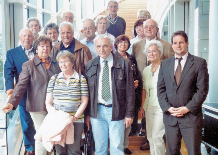 Das offizielle Landtagsbesucher-Gruppenfoto, überreicht durch MdL Schick